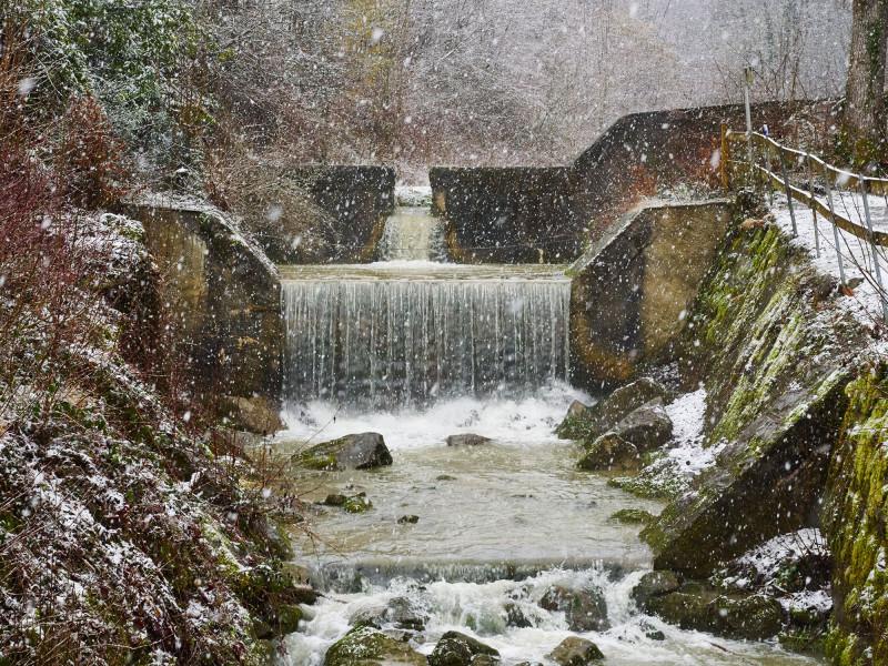 schneefall-wasserfall